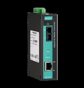 Bild på en snygg Moxagrön och svart burk som konverterar Ethernet kopparsignaler till fiber så distansen mellan utrustningar kan förlängas då förlusten i kablaget minskar.