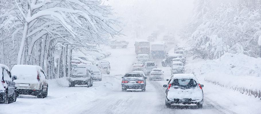 Trafikkaos på snöig vinterväg